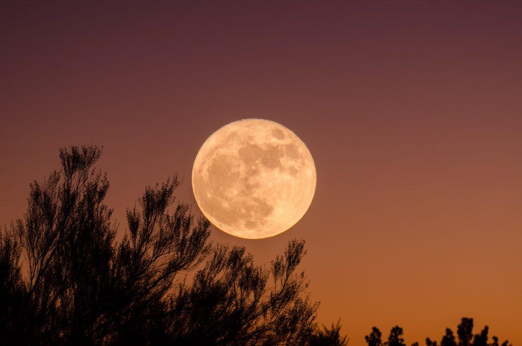 De volle maan in weegschaal - Maart